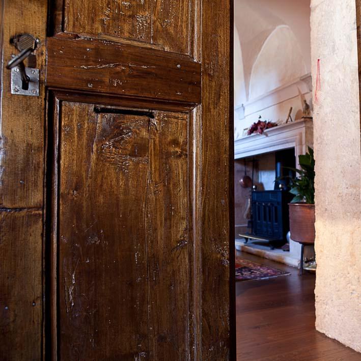 particolare di una porta antica ristrutturata