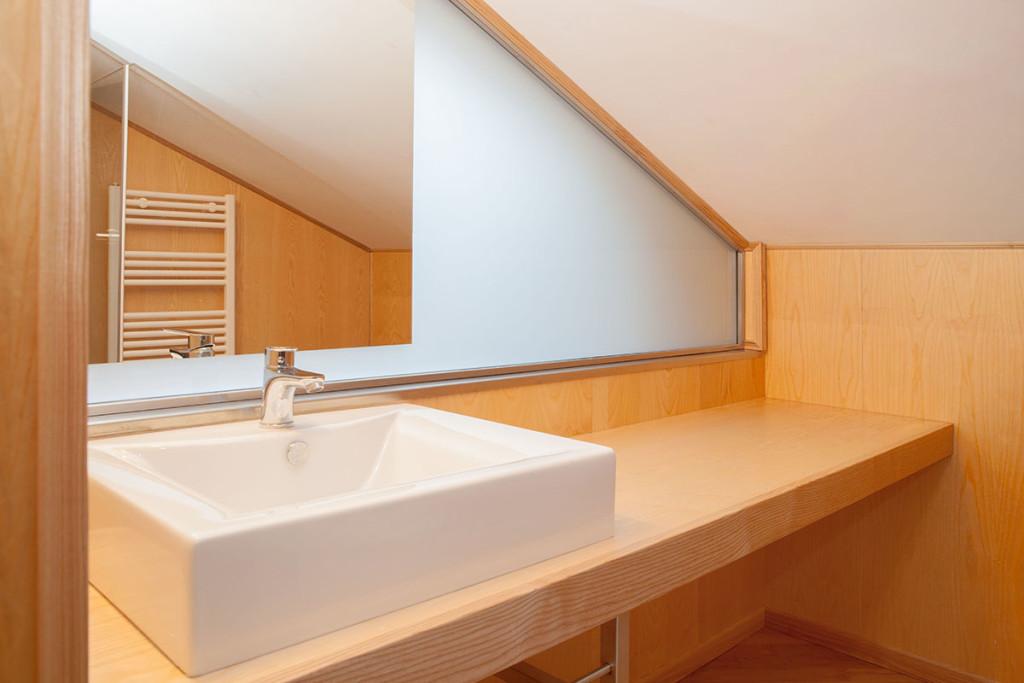 Mobili su misura per una mansarda con tetto spiovente - Bagno in mansarda non abitabile ...